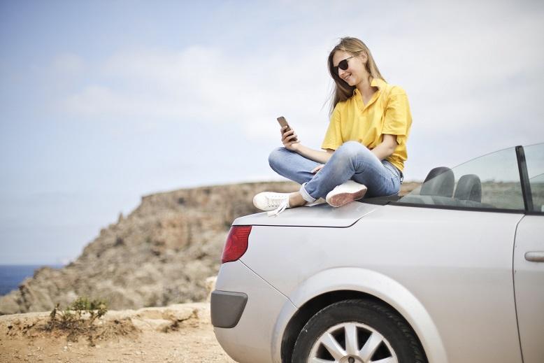 moters atvaizdas automobilyje
